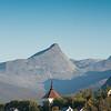 Ankenes kirke. I bakgrunnen Vombtind.