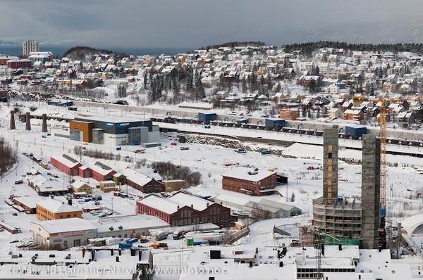 Foto 6. mars 2011. Ricahotellets to heistårnhus er ferdig, og bygget reiser seg både på for- og baksiden. Nordkraft Arena er ferdig.