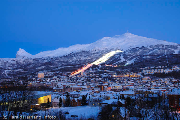 Narvik sett fra sykehushaugen. I forgrunnen Idrettens Hus (til venstre) og midt på slalomtraseen, der nedre del er opplyst. Til venstre Tøttatoppen.