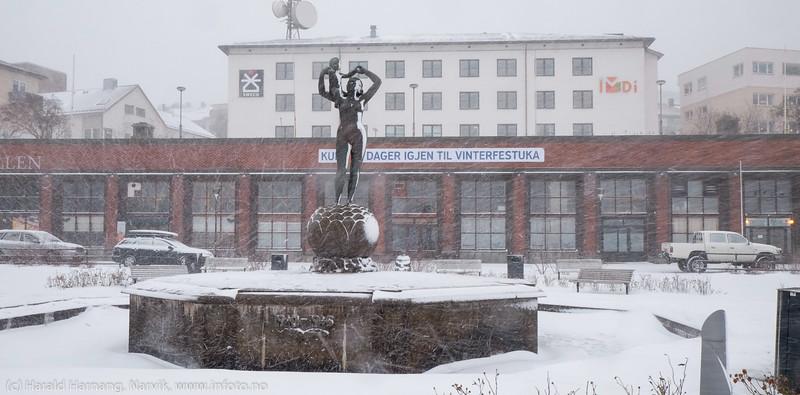 """Narvik torg med frihetsstatuen. Snart VU. Forsmak på uvær i Narvik sentrum, ekstremværet """"Ole"""" var ventet å slå til i Narvik kl 16-18. Det kom heldigvis aldri i full tyngde. Bildet tatt på formiddagen i sentrum, ca kl 12-13."""