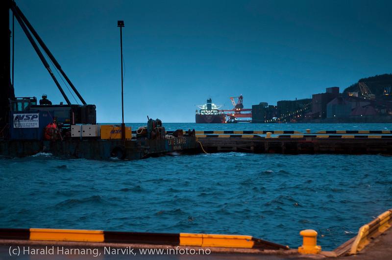 Første juledag 2011 og springflo. Det blir åpenbart varmere, våtere og villere. Narvik havn, med LKABs losseanlegg i bakgrunnen.