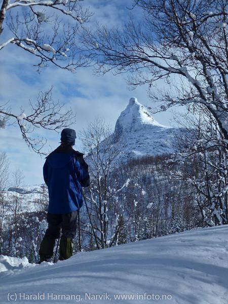 Skitur i Tøttadalen 14. april 2012. Tøttatoppen i bakgrunnen.