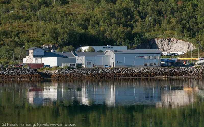 Toyotaforhandler og øvrig næringsvirksomhet på Ankenes-siden av Beisfjordbrua.