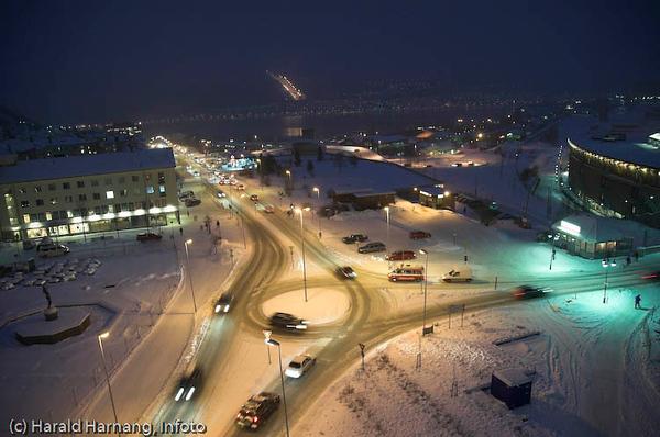 Narvik sentrum, rundkjøring. I bakgrunnen Ankenesstrand med slalombakken.