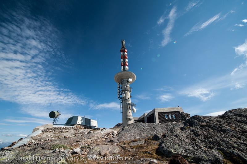 Linken på Fagernestoppen. Radio og TV-mast. Narvik hovedsenders mastefot er på 1017 moh og toppmast på 65,5 m (ifølge Nordkring).