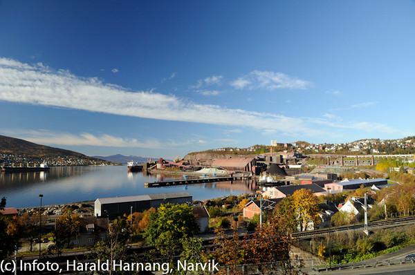 Deler av Narvik havn, høst 2010. LKABs malmutskipningsanlegg til høyre.