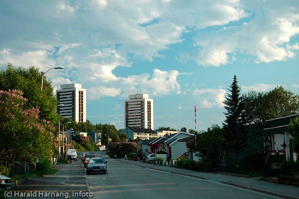 Snorres gate, kveldslys og lav sol på sommeren, høyblokkene Tøtta 1 og Tøtta 2.