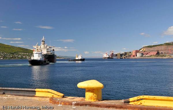 Narvik havn, malmskip og slepebåter