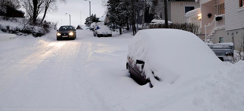 Fjellveien. 3. juledag 2014. Snevær på natta. Mørketid og en julestille by.