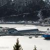 Turistskip ved dypvannskaia og stort malmskip ved Northland Ressourses utskipningsanlegg. 7. mars 2014.