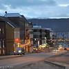 E6 gjennom Narvik sentrum (Kongens gate). Desember og julelys.
