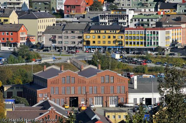 Tidligere jernbaneverksted i forgrunnen. Deler av Narvik sentrum med E6 i bakgrunnen.