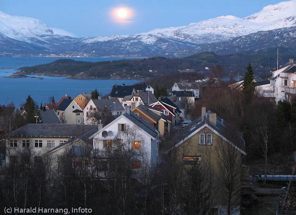 Månelys over Bjerkvik. Midt på Øyord (hytteområde). Deler av Oskarsborg i forgrunnen.