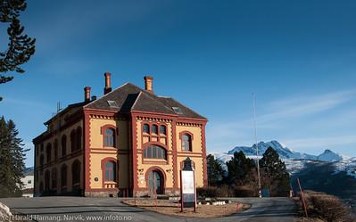 """Museum Nord - Narvik. Bak fjellformasjonen """"Den Sovende Dronning"""". Foto: April 2014."""