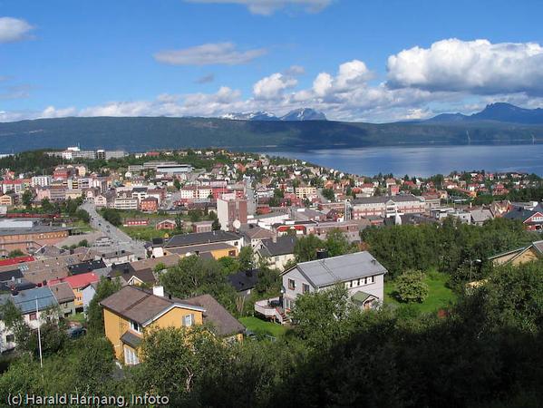 Narik sentrum. I forgrunnen Oscarsborg bydel. Bak til høyre Finbekken og Vassvik.