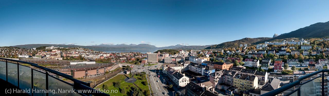 Panorama satt sammen av 14 delbilder. Narvik sentrum, foto 19. september 2012. Originalfil på 360 Mb, tåler stor forstørrelse.