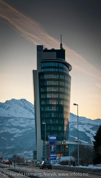 28.1.2012: Ricahotellet nærmer seg ferdiggjøring. Bak til venstre fjellformasjonen Den Sovende Dronning.