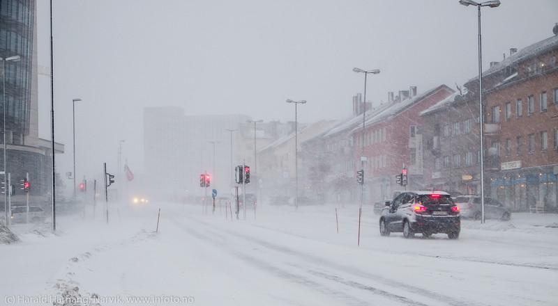 """Narvik sentrum, E6, Scandic hotell til venstre. Rådhuset skimtes bak, Forsmak på uvær i Narvik sentrum, ekstremværet """"Ole"""" var ventet å slå til i Narvik kl 16-18. Det kom heldigvis aldri i full tyngde. Bildet tatt på formiddagen i sentrum, ca kl 12-13."""