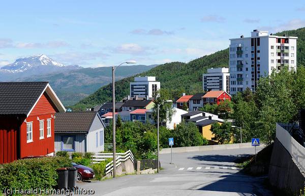 Høyblokkene Tøtta I og II, samt Toppen 1 (nærmest). Foto nedover øvre del av Fjellveien.