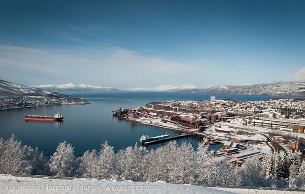 Narvik havn 21. mars 2011. LKABs utlegger ved kai 5 har skade. Båter på havna. Lundbergsjakta er under utbedring. Foto fra Fjellheim.