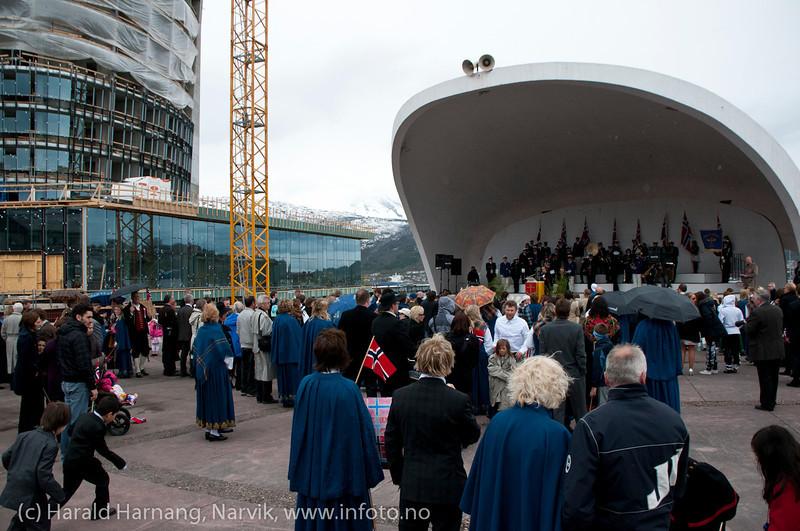 17. mai 2011: Borgertoget inne på Festplassen. Til venstre Ricahotell under bygging.