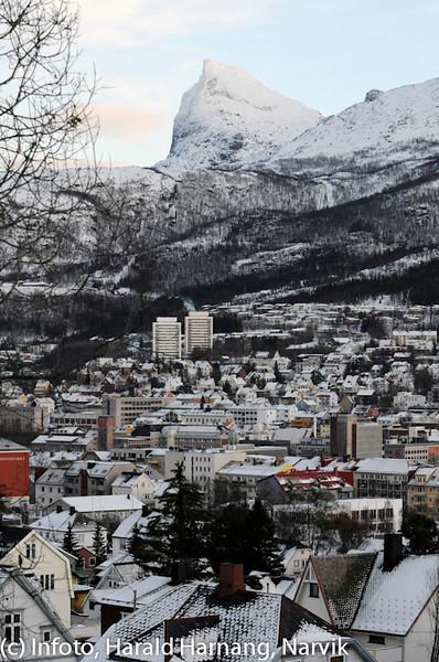 """Høst 2010, siste solstreif har forlatt Tøttatoppen. Tre """"tøtter"""" i samme bilde. Høyblokkene bak heter Tøtta 1 og Tøtta 2."""