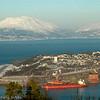 LKABs utskipningsanlegg i forgrunnen. Til venstre Narvik lufthavn, Framneslia.