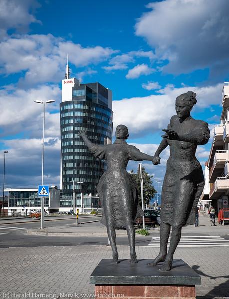 Statue av damer i motvind, Kongens gate Narvik, Scandic hotell bak.