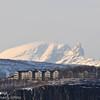 """Storholtet borettslag på Framnes. I bakgrunnen Veggfjellet og Novatind med den karakteristiske """"nesen"""". Fra en gitt posisjon i Narvik påstår engelske turister at fjellet ligner på Winston Churchill."""