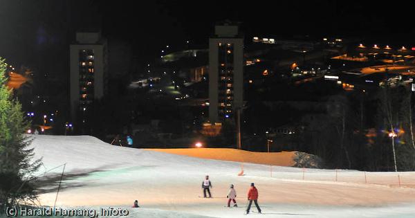 Slalomkjøring i flombelysning. Deler av Narvik bak, med høyblokkene Tøtta 1 og 2.