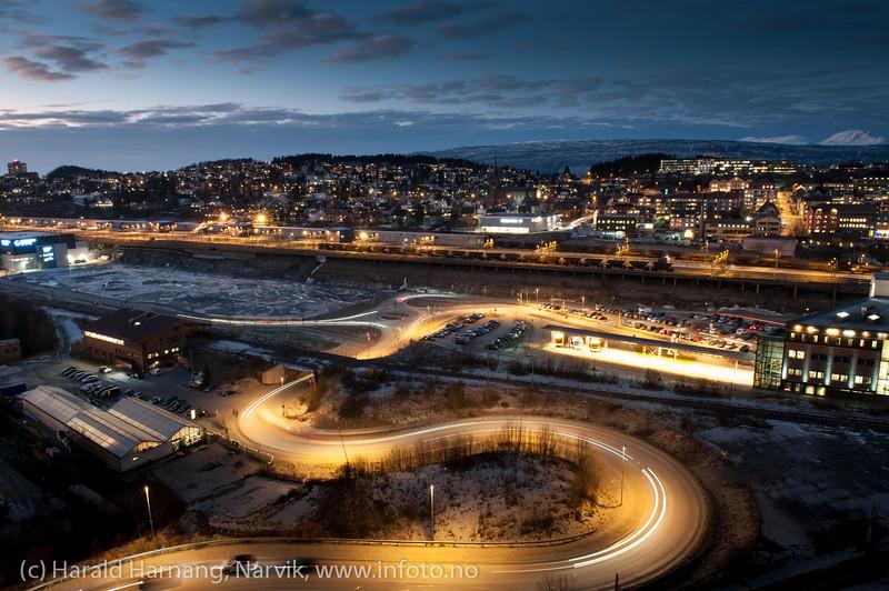 Framnes og Frydenlund med LKABs losseanlegg. Til høyre handelesenteret Amfi. Narvik sentrum, mørketidsbilde, 19. desember 2012.