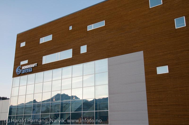 Lørdag formiddag 28.1. 2012, Sovende dronning speiler seg i glassfasade på Nordkraft Arena.