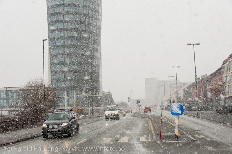 """E6-Kongens gate Narvik 14. mars 2014.  Ekstremværet """"Kyrre"""" kommer med vind og snø. Som vanlig gikk det pent for seg innerst i Ofotfjorden."""