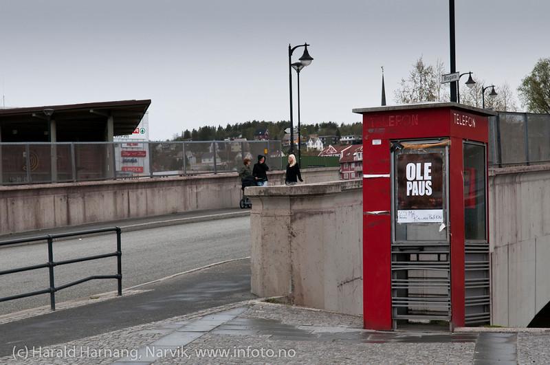 En av de siste etterlevningene fra en verden før alle fikk (minst) en mobiltelefon. Den fungerer visstnok og har stått her i uminnelige tider. Fin som plaktstativ. Lurer på når den blir fjernet. Foto: mai 2011.
