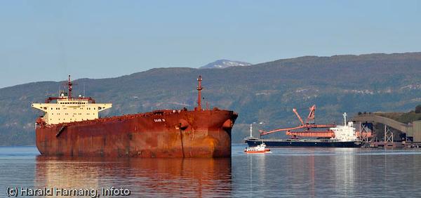 To ulike malmskip på Narvik havn og ved kai. Fløttmannsbåten midt på.