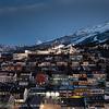 Oscarsborg med Høgskolen i narvik, Fagernesfjellet og Tøttatoppen. Narvik sentrum, mørketidsbilde, 19. desember 2012.