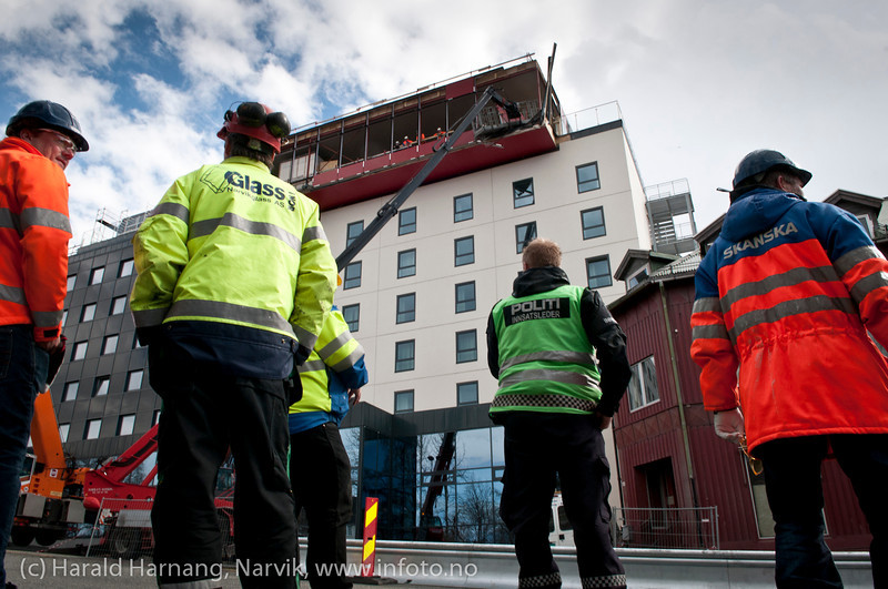 Accident where glass mounting people nearly fall 25 mter to the ground when the lift failed. The lift operator smashed the lift into a top bar, saving three workers from faling to death.