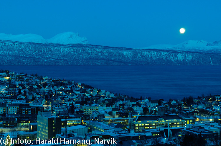 20 desember 2010, Narik sentrum, fint måneskinn fra nesten fullmåne, iskaldt.