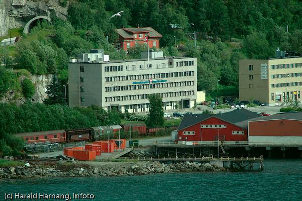 Havnens hus med logo til tidligere Hurtigruten Group: Ofotens og Vesterålens Dampskibsselskap.