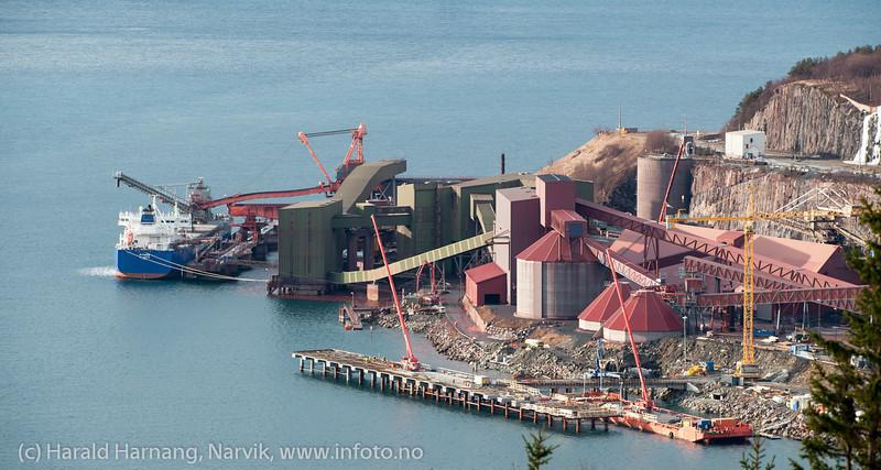 Lite malmskip ved kai 5: Fitnes. I forgrunnen bygges LKABs nye utskipningskai. 7. mars 2014.