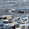 Narvik sykehus på toppen. Til venstre Villaveien skole og Tårnveien skole (gul og rød bygning).