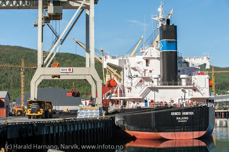 Fagerneskaia, Lasting av skip med grabb. Northland Resourses, Mai 2013.