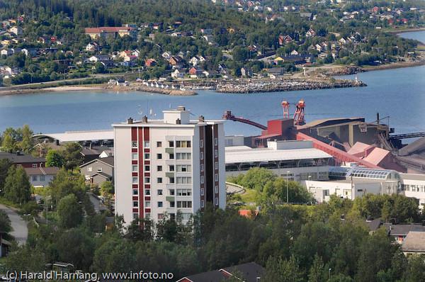 Narviks første høyhus, Toppen 1. I bakgrunnen litt av LKABs losseanlegg. Helt bak moloen og småbåthavna på Ankenesstrand