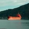 Malmskip på Narvik havn. Deler av havneområdet og Fagernes i bakgrunnen.
