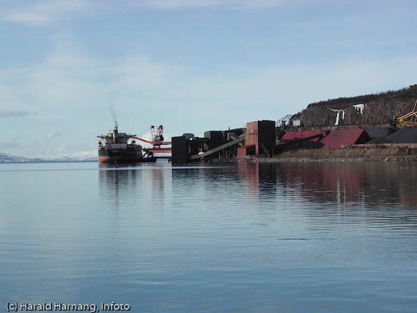 Malmskip laster ved kai 5, LKABs anlegg i Narvik.