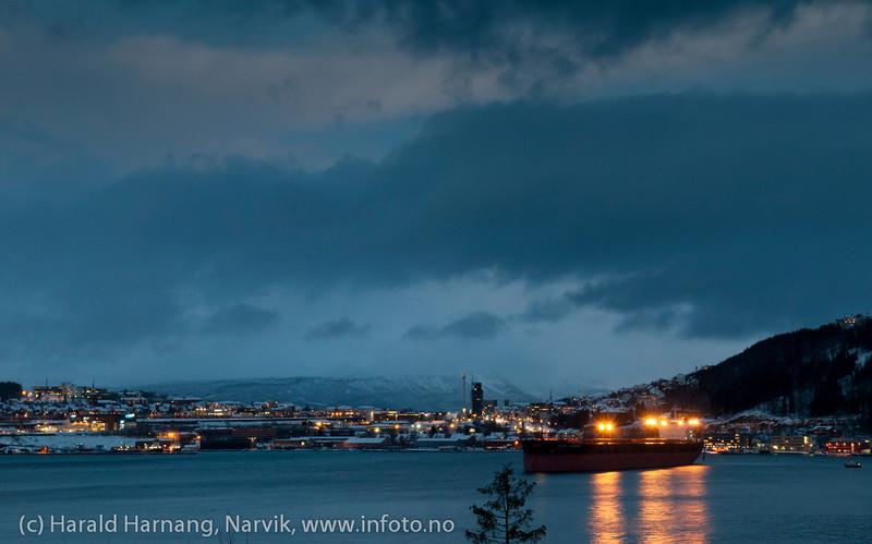 Mørketid 27.desember 2011. Narvik sentrum. Malmskip på havna.