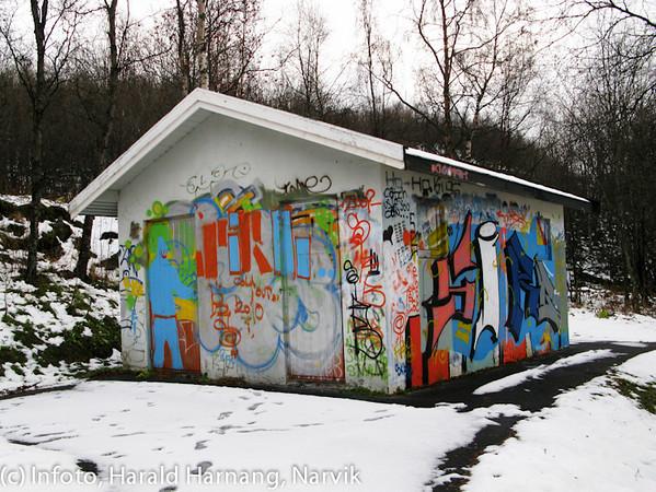 Offentlig toalett ved badeplassen i Ornesvika får sjelden stå i fred.