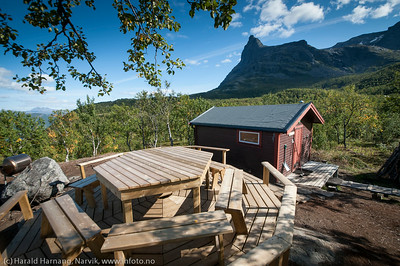 FUNN-hytta til Narvik og Omegn Turistforening i Tøttadalen. Fjellet Tøtta i bakgrunnen. Nybygget spiseplass i forgrunnen. Foto 29. august 2014.