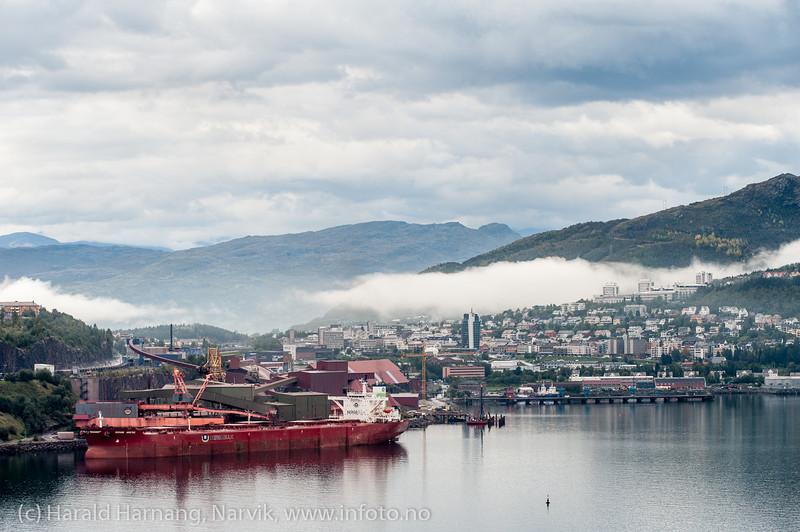 Høstdag, Narvik, 5. sept 2013. Malmskip laster. Litt bak bygges ny lasteanlegg/kai.