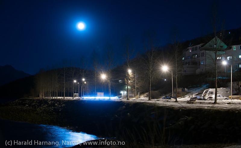 Standveien i Taraldsvik. Foto fra moloen. Fotografering sen kveld med fullmåne som hovedlyskilde, 16. januar 2014.